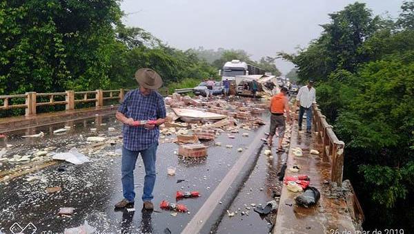 ACIDENTE FATAL: pelo menos uma pessoa morre em batida envolvendo três caminhões e uma viatura da PM na BR-153
