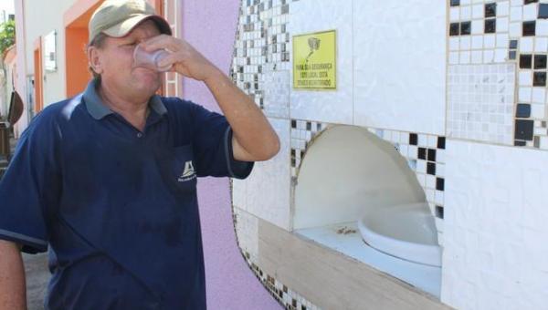 Advogada de RO constrói bebedouro no muro de casa para moradores de rua: 'a sede é uma tortura', diz