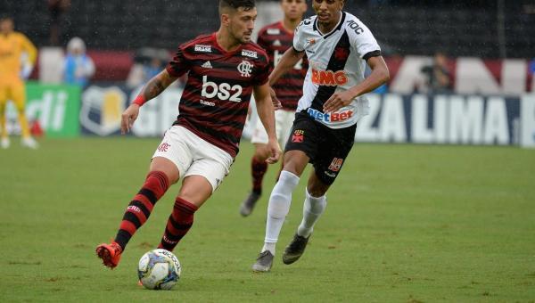 Análise: vertical e objetivo com Arrascaeta, Flamengo envolve o Vasco e se aproxima do título