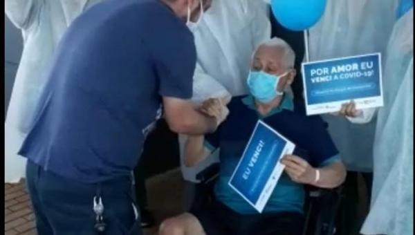 ANANÁS: Paciente recuperado de Covid-19 recebe alta sob aplausos da equipe de saúde do Hospital Municipal de Campanha de Araguaína