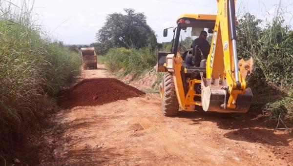 ARAPOEMA: Prefeitura segue melhorando estrada vicinal que dá acesso ao Povoado Mutamba