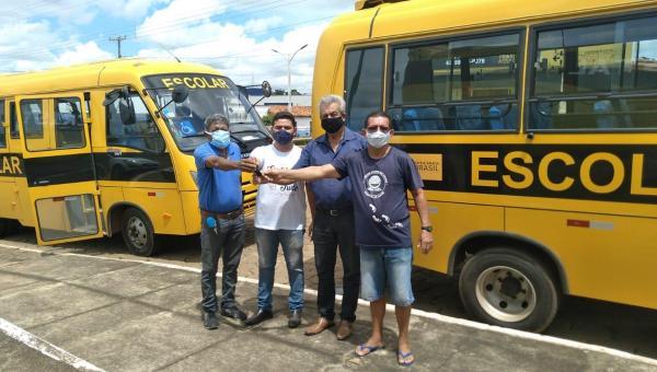 Arapoema recebe dois ônibus escolares do Governo do Tocantins