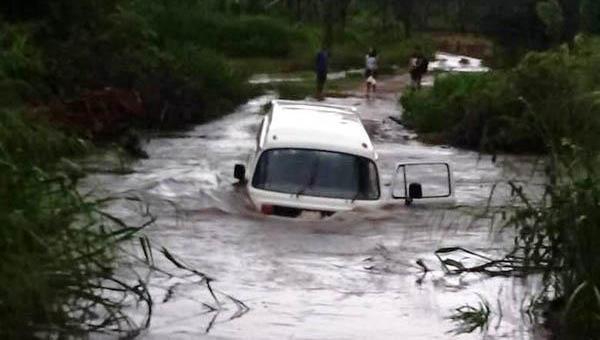 BACURI: veículo escolar fica preso em ponte e é invadido por enchente