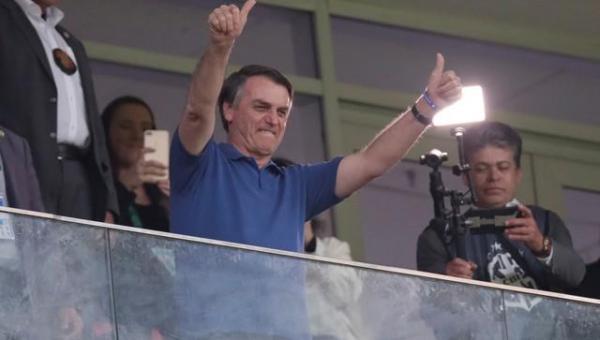 Bolsonaro defende volta do futebol e diz que chance de jogadores morrerem de Covid-19 é infinitamente pequena