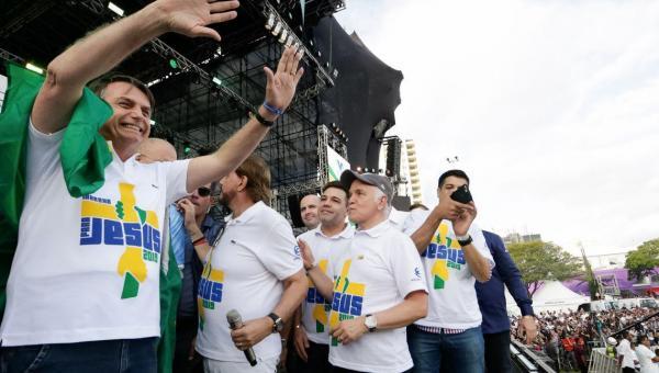 Bolsonaro é o 1º presidente na Marcha para Jesus e admite disputar reeleição