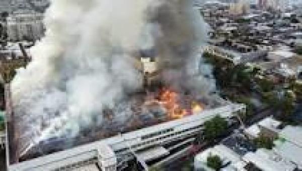 Bombeiros combatem incêndio em hospital em Santiago, no Chile