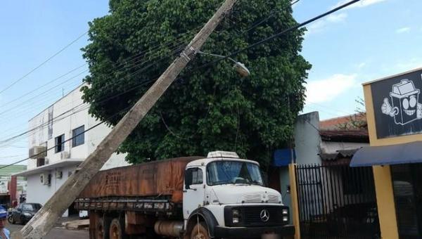 Caminhão puxa rede de energia, derruba poste e deixa moradores sem energia
