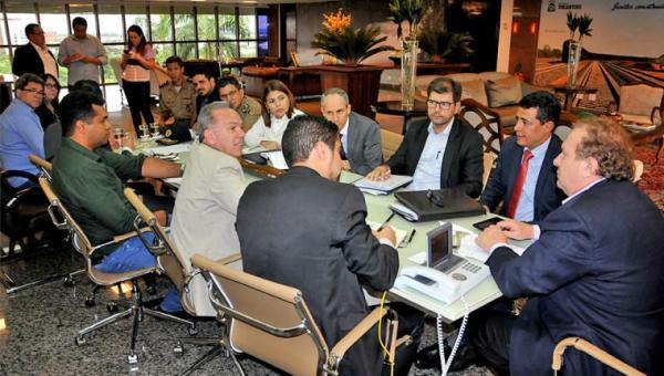 Carlesse manda resolver crise na Saúde e aumentar salário de médicos especialistas