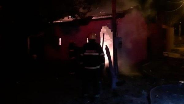 Casa fica destruída após ser tomada pelo fogo em Araguaína