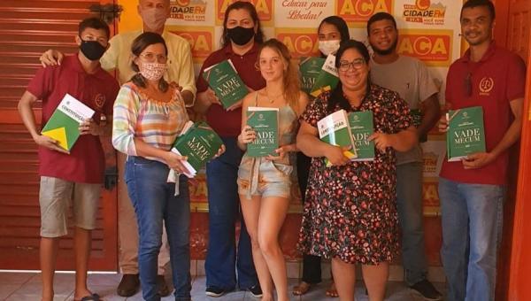 Acadêmicos de Direito da Fabic Ananás recebem Vade Mecum de Wilson Saraiva na ACA pela segunda vez
