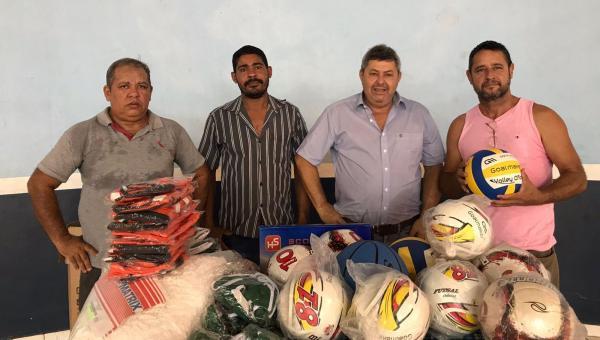 Atletas de Pau D'Arco são beneficiados com material esportivo destinado pelo Prefeito João Neto