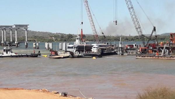 Balsa  atinge pilares da futura ponte entre Xambioá e São Geraldo
