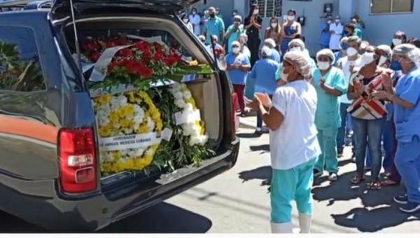 Colegas de trabalho se despedem do Dr. Virgílio com flores e intensa salva de palmas