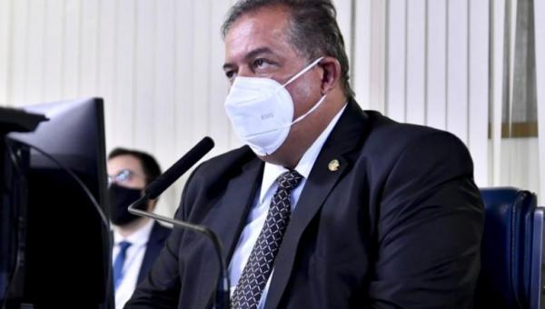 Com Codevasf, Gomes entrega tratores e caminhões em Palmas