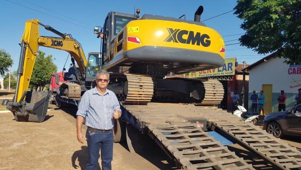 Escavadeira hidráulica para ajudar mais de 240 famílias em PAs e dezenas de chacareiros de Ananás