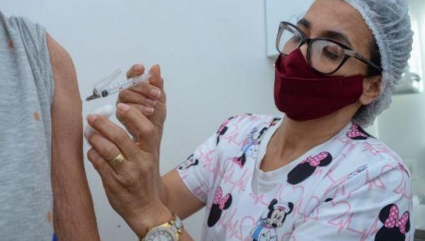 Jovens a partir de 18 anos de idade podem ser vacinados contra Covid-19 em Pequizeiro
