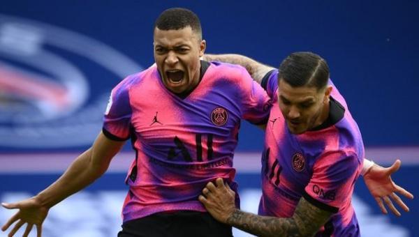 Mbappé faz dois, PSG vence com gol nos acréscimos e fica a um ponto do líder Lille