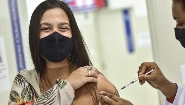 Ministério da Saúde recua e volta recomendar vacinação de adolescentes