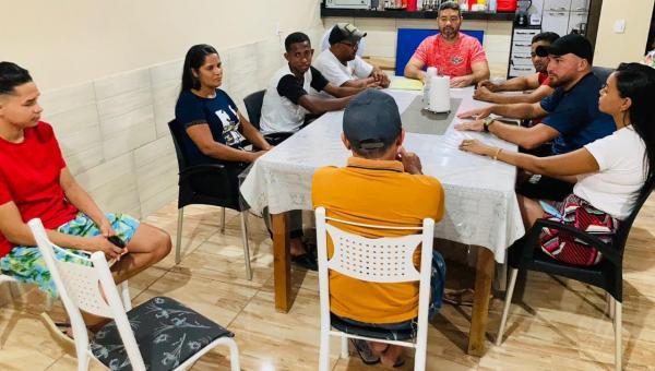 O time de Ananás Invictus Futsal faz reunião com a diretoria para planejar retorno das atividades.