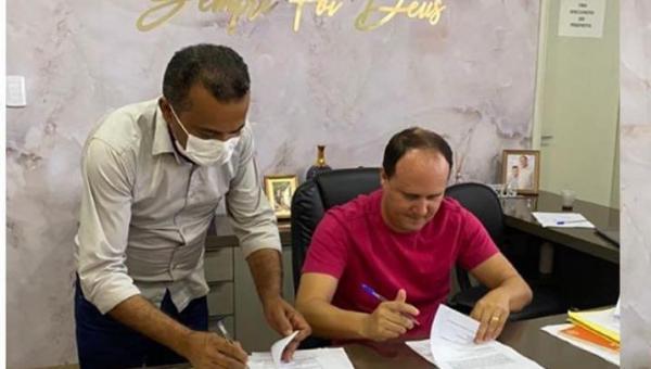 PARCERIA: Prefeitura de Aguiarnópolis assina termo de cooperação com a Prefeitura de Tocantinópolis para obras de recapeamento