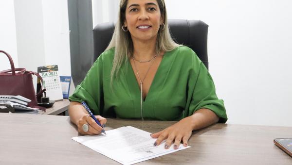 Prefeita Patrícia Evelin assina ordem de serviços para construção de campo de futebol no Povoado Manchão do Meio