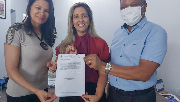 Prefeita Patrícia Evelin assina ordem de serviços para reforma de Escolas Municipais em Xambioá