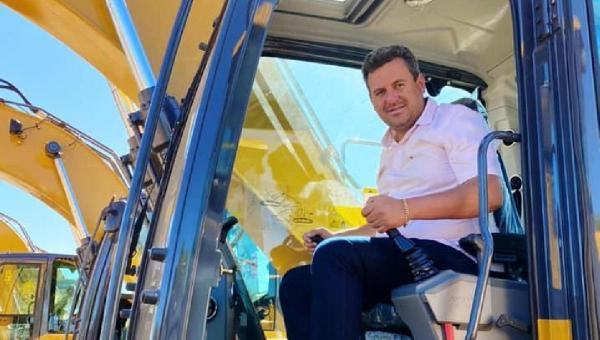 Prefeito Djalma Júnior recebe em Palmas uma escavadeira hidráulica para Wanderlândia
