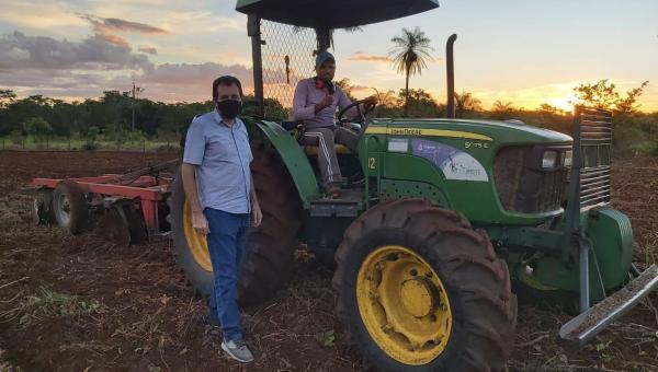 Prefeito Franciel acompanha serviços realizados pela prefeitura para agricultores em Babaçulândia