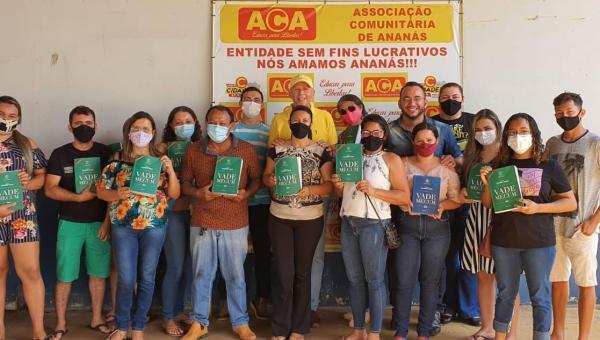 Wilson Saraiva entrega exemplares de Vade Mecum aos estudantes de Direito da Fabic Ananás