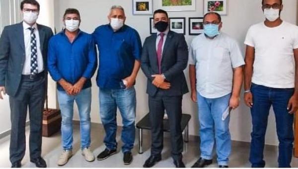 Em Palmas, prefeito Paulo participa de reunião para tratar da regulamentação fundiária do distrito do JACU