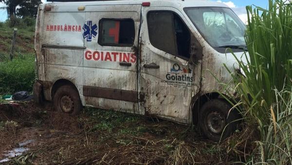 GOIATINS: ambulância tomba em rodovia e enfermeira que estava no veículo socorre motorista desacordado