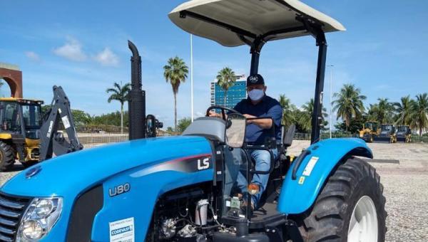 MAIS CONQUISTAS: Prefeitura de Arapoema recebe trator e carreta agrícola do Governo do Tocantins