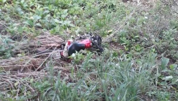Motociclista perder o controle em curva e morre ao bater em árvore