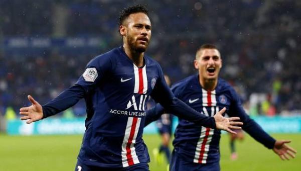 Neymar tira golaço da cartola aos 42 do segundo tempo e dá vitória ao PSG contra o Lyon