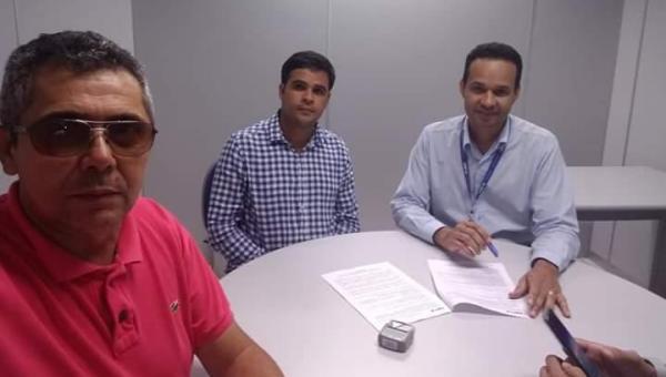 PAVIMENTAÇÃO:  Prefeito de Luzinópolis Gustavo Novato assina convênio em Palmas