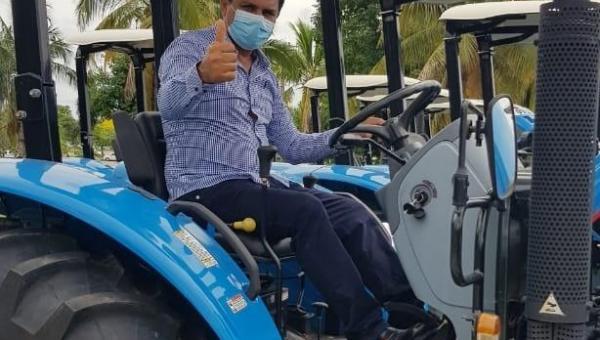 Prefeito Batista Cavalcante recebe trator para atender comunidade rural de Presidente Kennedy