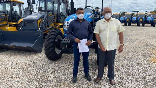 Prefeito de Cachoeirinha Paulo Macedo recebe maquinário agrícola para apoio à agricultura familiar