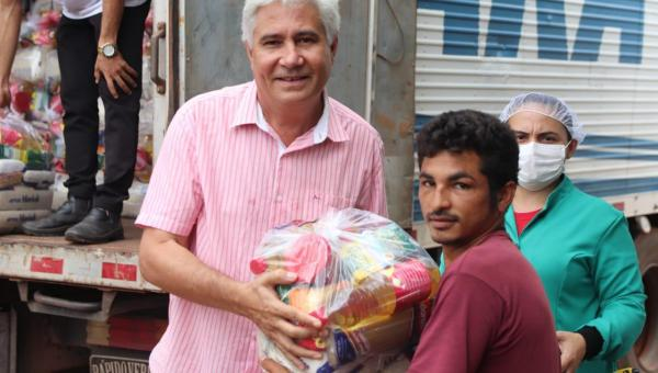 Prefeito Eduardo Madruga realiza a entrega de cestas básicas para a população de Wanderlândia