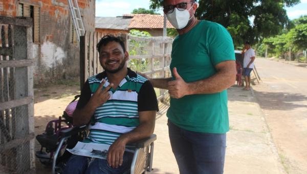 Prefeito Ronaildo Bandeira promove inclusão social com a entrega de cadeiras de rodas motorizadas em Riachinho
