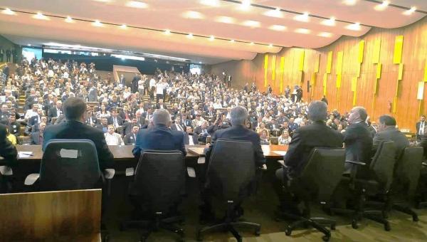Prefeitos lotam auditório do Senado; Aroldi apresenta estudo sobre extinção de Municípios