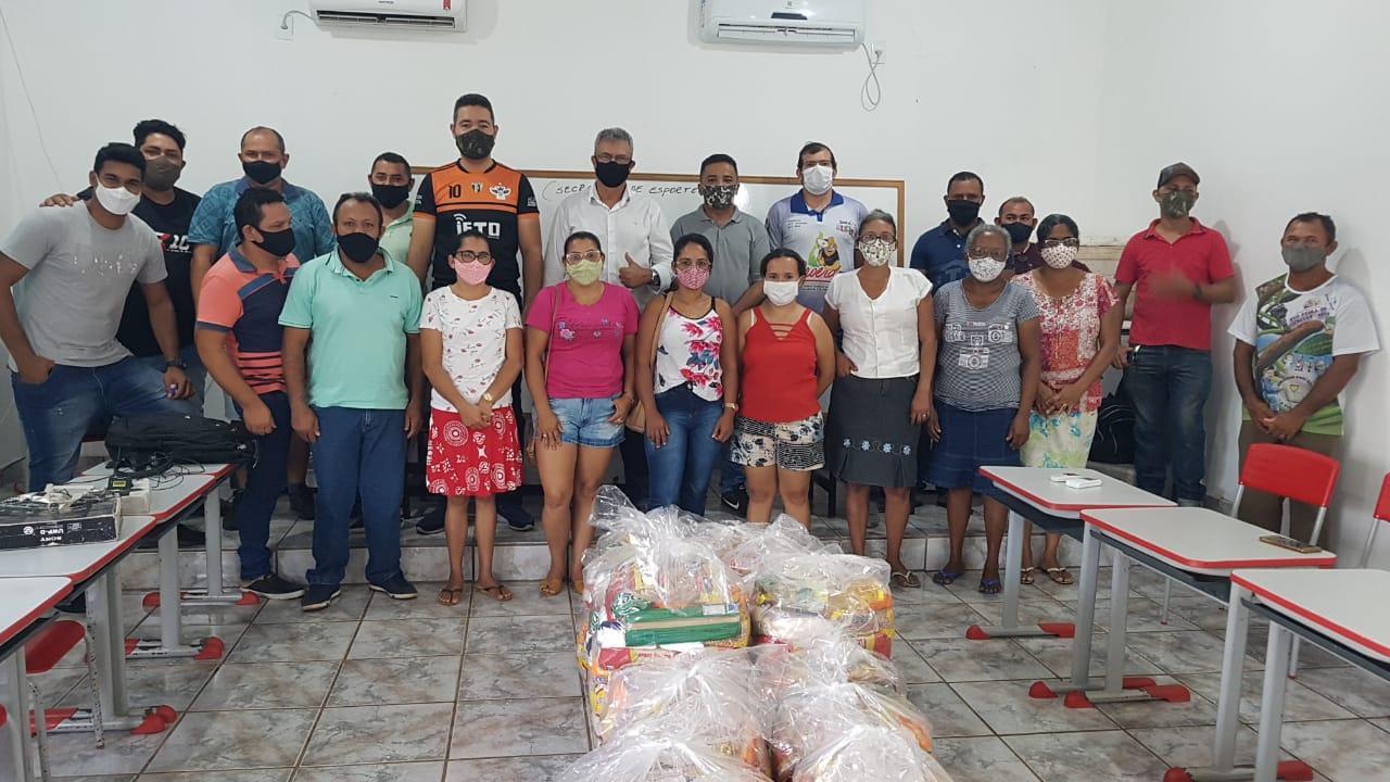Prefeito Valdemar Nepomuceno entrega  cestas básicas para artistas de Ananás