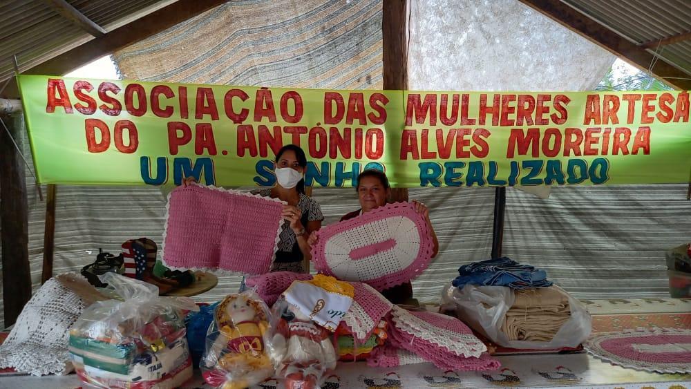 Primeira Dama de Ananás entrega cestas básicas para famílias de Assentamento Rural