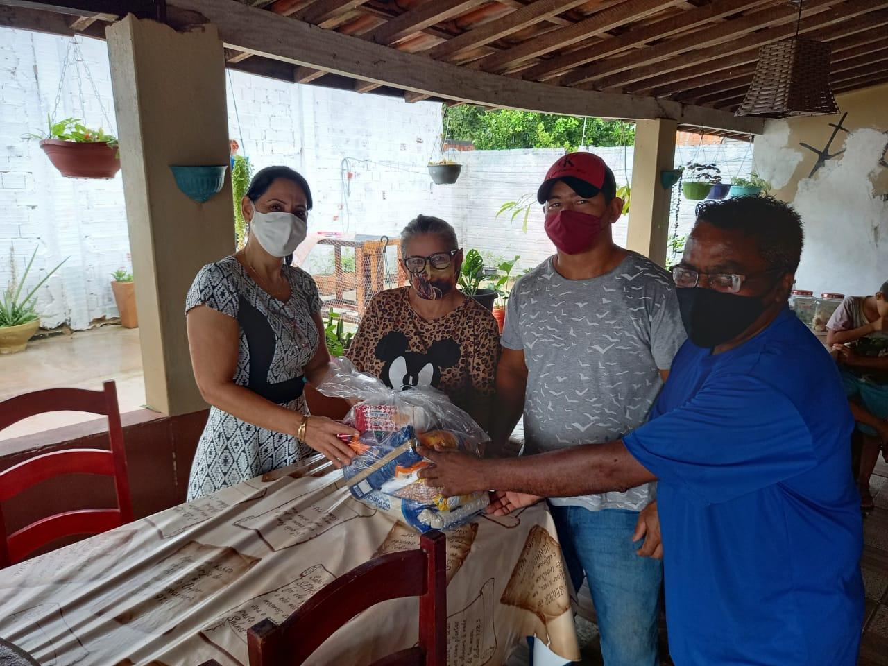 Primeira Dama entrega cestas básicas para segmentos religiosos em Ananás