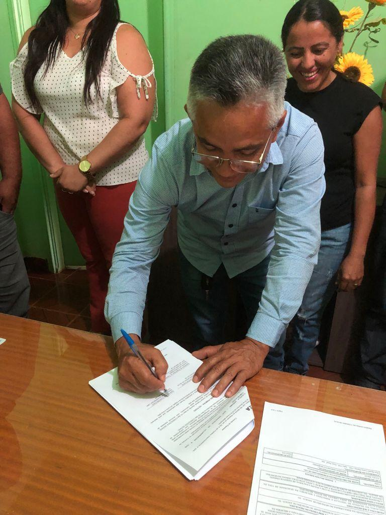 Prefeito Cleofan assina contrato de repasse de recursos da Caixa Econômica Federal para pavimentação do Setor Vila Chico